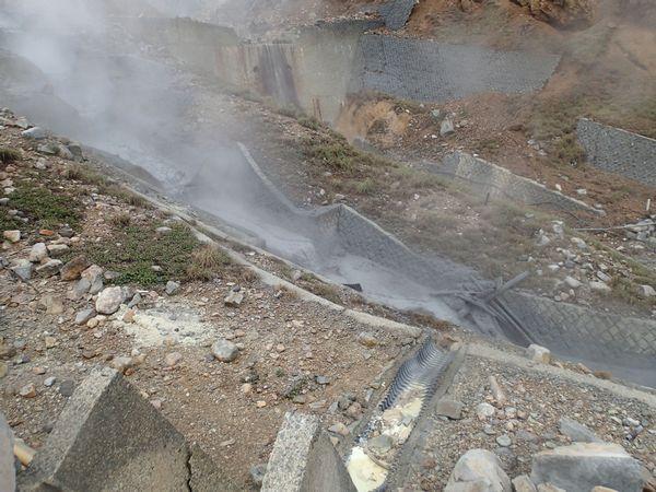 大涌沢を流れる熱泥流