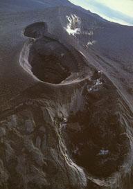 図3:伊豆大島1986年噴火でできたスコリア丘と火口の空撮